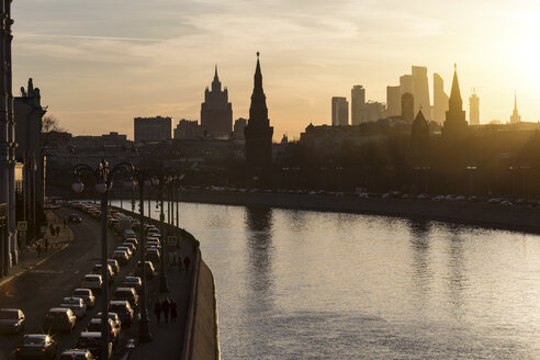 Russia, Moscow, The Kremlin embankment with heavy traffic - WPEF01086