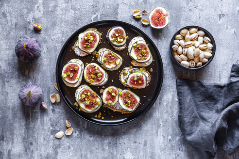 Bread with goat cheese, figs and pistachio - SARF03965