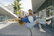 Netherlands, Maastricht, happy carefree young couple in the city - GUSF01522