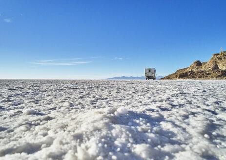 Bolivia, Salar de Uyuni, camper standing on salt lake - SSCF00012