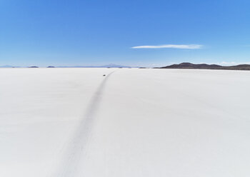 Bolivia, Salar de Uyuni, salt lake with camper in background - SSCF00015