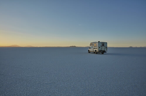 Bolivia, Salar de Uyuni, camper on salt lake at twilight - SSCF00021