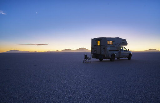 Bolivia, Salar de Uyuni, camper on salt lake at sunset - SSCF00024