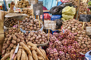 Peru, Arequipa, Mercado Central, vegetable market with potatoes - SSCF00060