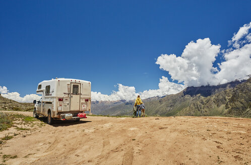 Peru, Chivay, Colca Canyon, woman with sons next to camper looking at canyon - SSCF00069