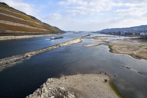 Germany, Rhineland-Palatinate, Bingen, Rhine river, low tide, cargo ship - BSCF00588