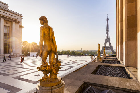 France, Paris, Eiffel Tower with statues at Place du Trocadero - WDF04869