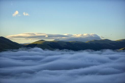 Italy, Umbria, Sibillini National Park, Sibillini mountains at sunrise - LOMF00752
