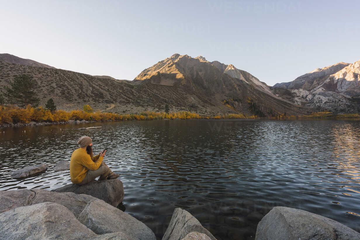 USA, California, Yosemite National Park, Mammoth lakes, hiker using smartphone at Convict Lake - KKAF03028 - Kike Arnaiz/Westend61