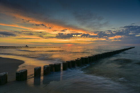 Germany, Mecklenburg-Western Pomerania, Zingst, beach and breakwater at sunset - FDF00260