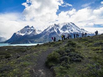 Chile, Patagonia, Torres del Paine National Park, Cerro Paine Grande and  Torres del Paine, Lago Nordenskjold, tourists - AM06289