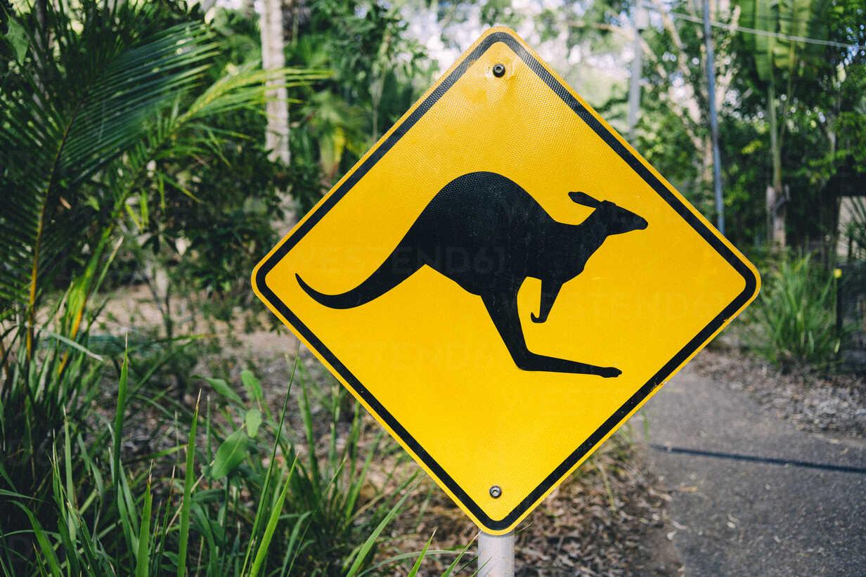 Australia, Magnetic Island, Kangaroo Animal Crossing Sign - GEMF02569 - Gemma Ferrando/Westend61