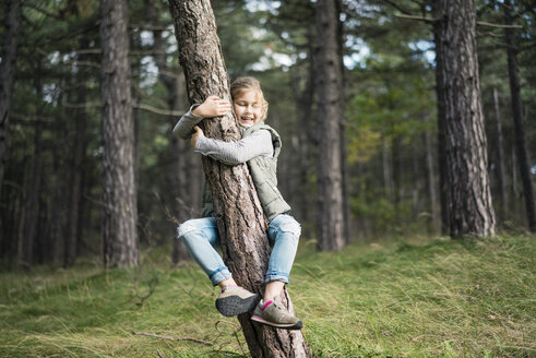 Girl hugging a tree in the forest - MOEF01647