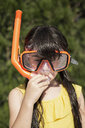 Portrait of little girl wearing snorkel and oversized diving goggles - ERRF00160