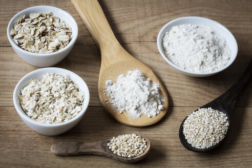 Two variations of oat flakes, oat bran, oatmeal and steel-cut oats - EVGF03379