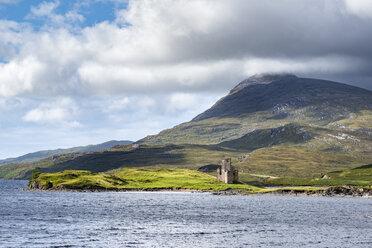 United Kingdom, Scotland, Scottish Highland, Sutherland, Ardvreck Castle, Loch Assynt, Spidean Coinich mountain in the background - ELF01953