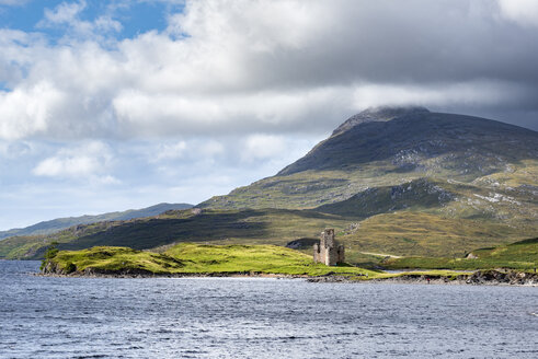 United Kingdom, Scotland, Scottish Highland, Sutherland, Ardvreck Castle, Loch Assynt, Spidean Coinich mountain in the background - ELF01953