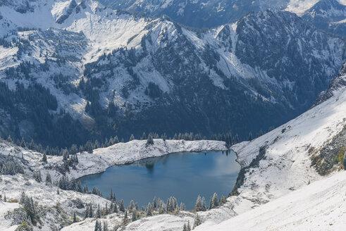 Germany, Bavaria, Allgaeu, Allgaeu Alps, View from Zeigersattel to Seealpsee in winter - WGF01280