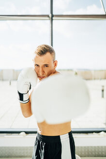 Portrait of boxer boxing at the window - OCMF00131