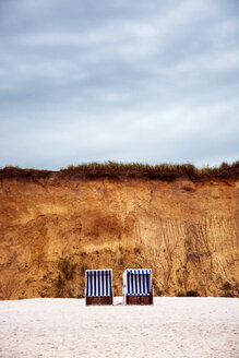 Hooded beach chairs on a deserted beach in Germany - INGF08243