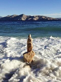 Croatia, Krk Island, Baska, cairn in water - WWF04547