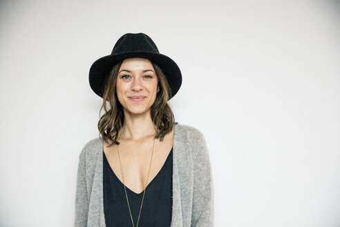 Portrait of a bueaitiful woman, wearing a hat - MOEF01758