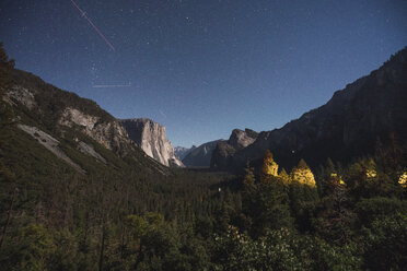 USA, California, Yosemite National Park, Tunnel View at night - KKAF03071