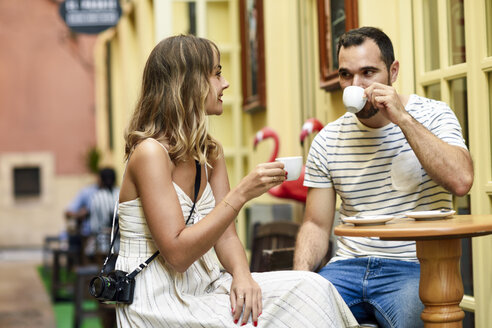 Spain, Andalusia, Malaga, couple having a coffee in an alley - JSMF00615