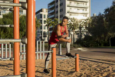 Fit man working out in climbing parcour, portrait - MAUF01758