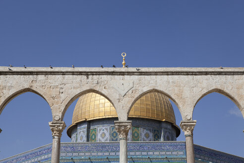 Israel, Jerusalem, Dome of the rock, golden cupola, Corinthian arches - PSTF00273