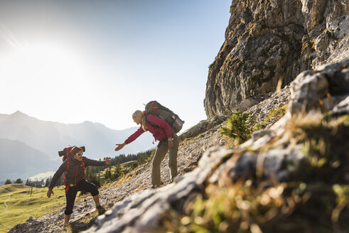Couple hiking in the Austrian mountains - UUF15994