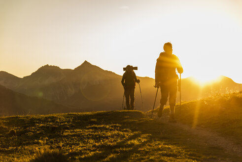 Couple hiking in the Austrian mountains - UUF16033