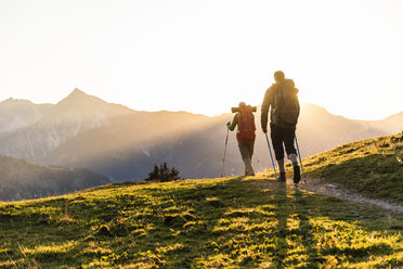 Couple hiking in the Austrian mountains - UUF16036
