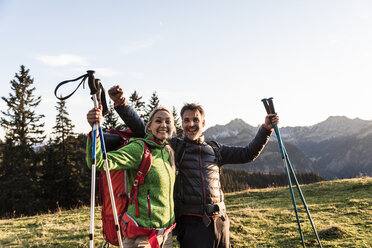 Couple hiking in the Austrian mountains - UUF16039