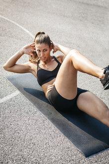 Sportive woman doing sit-up - HMEF00124