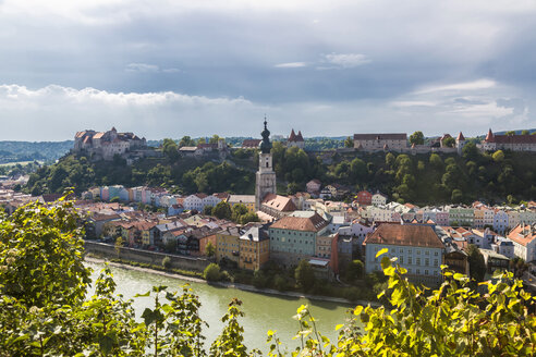 Germany, Bavaria, Burghausen, Old town with Burghausen Castle, Salzach river - JUNF01533