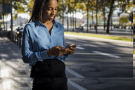Businesswoman using smartphone - MAUF01864