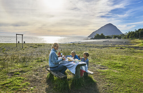 Chile, Chaiten, Carretera Austral, family having picnic at the beach - SSCF00207