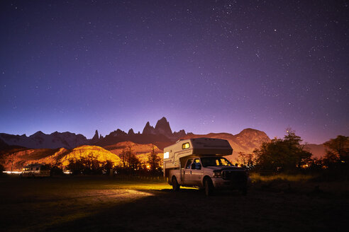 Argentina, Patagonia, El Chalten, parked camper in front of Fitz Roy at night - SSCF00303