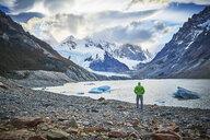 Argentinien, El Chalten, man standing at glacial lake looking towards Cerro Torre - SSCF00309