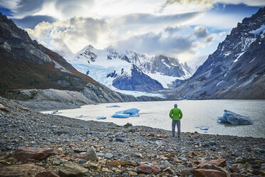 Argentinien, El Chalten, man standing at glacial lake looking towards Cerro Torre - SSCF00309