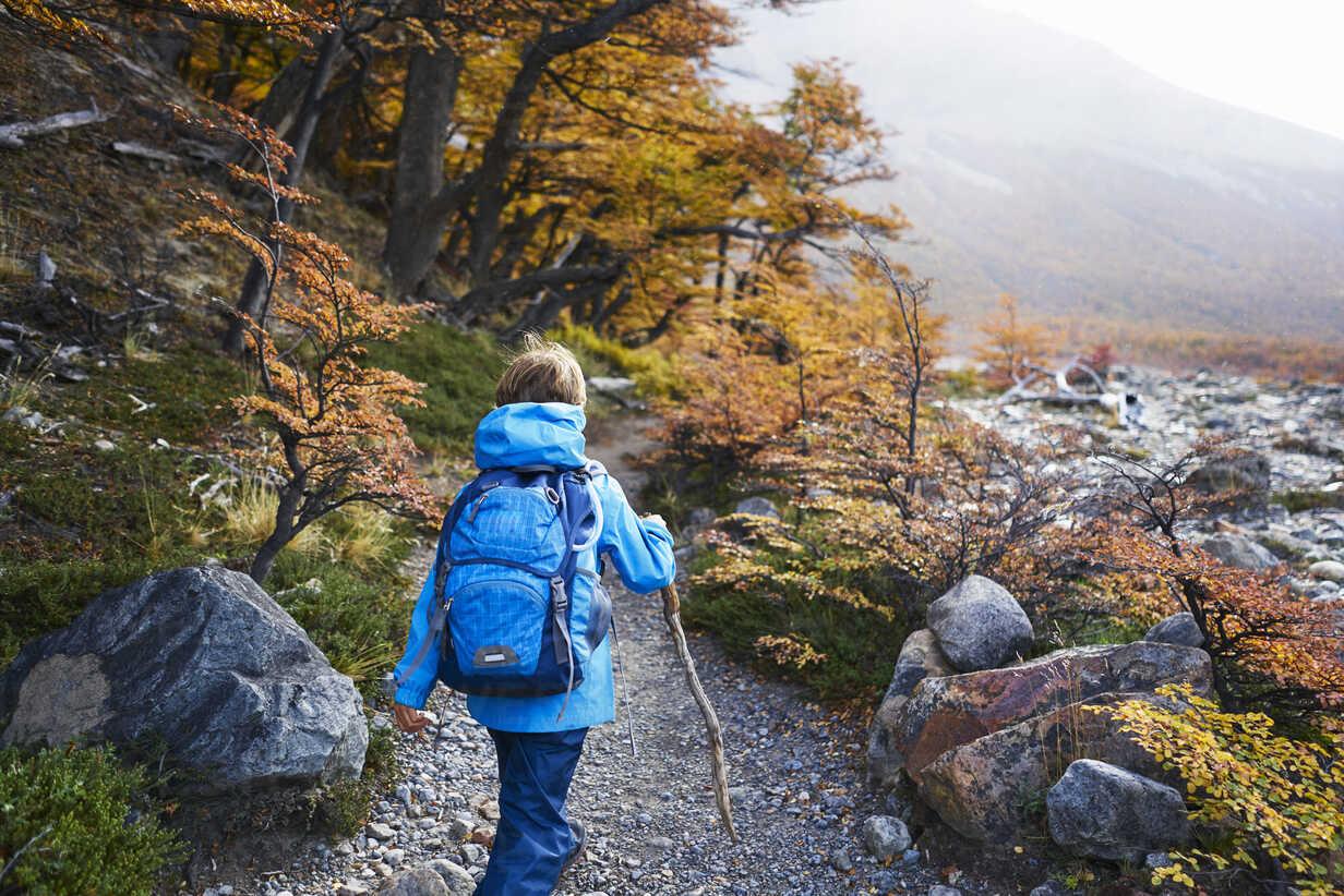 Argentina, Patagonia, El Chalten, boy on a hiking tour - SSCF00312 - Stefan Schütz/Westend61