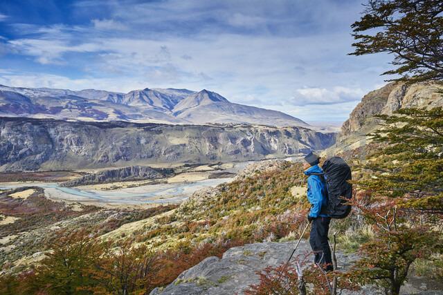 Argentina, Patagonia, El Chalten, woman on a hiking trip at Fitz Roy and Cerro Torre - SSCF00315 - Stefan Schütz/Westend61