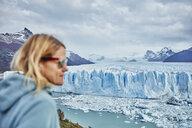 Argentina, Patagonia, Perito Moreno glacier, woman looking at glacier - SSCF00327