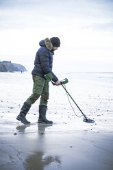Man with metal detector at the sand beach - REAF00505