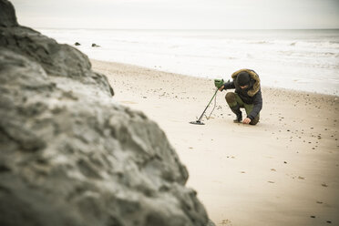 Man with metal detector at the sand beach - REAF00508