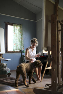 Young painter with dog in an atelier - ERRF00328