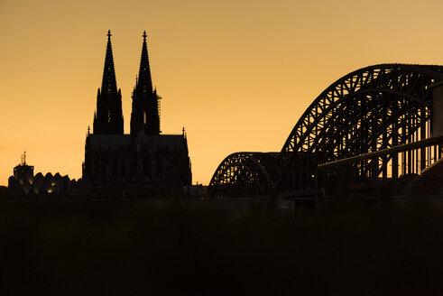 Germany, Cologne, silhouettes of  Museum Ludwig, Cologne Cathedral and Hohenzollern Bridge at sunset - SKAF00075