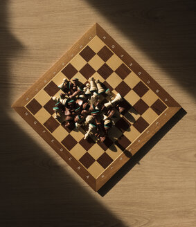Chess pieces on chess board, top view - SKAF00081