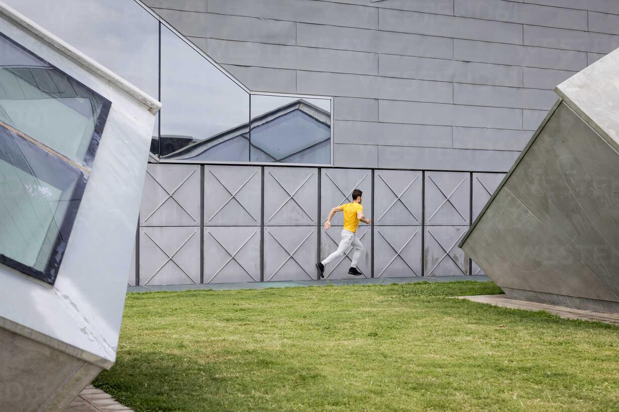 Young man jogging outdoor - MAUF01876 - Mauro Grigollo/Westend61